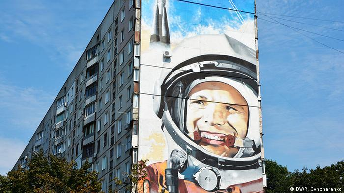 A Gagarin mural on an appartment building in Ukraine. (DW/R. Goncharenko)