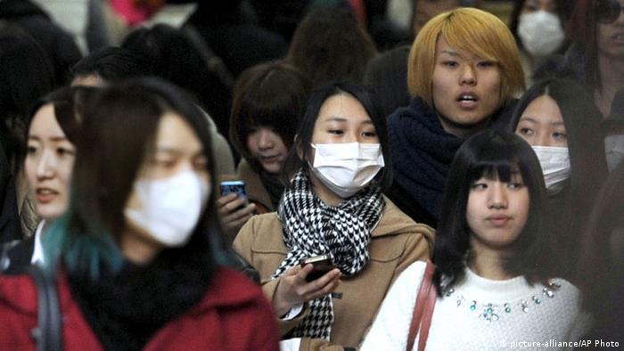 Захистити себе та інших - в Японії маски люди носили і до 2020 року