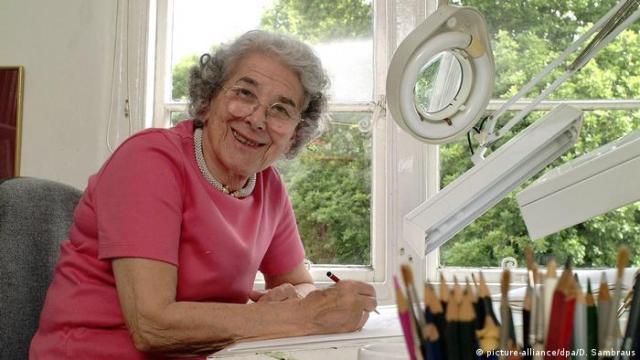 Judith Kerr at her drawing table (picture-alliance/dpa/D. Sambraus)