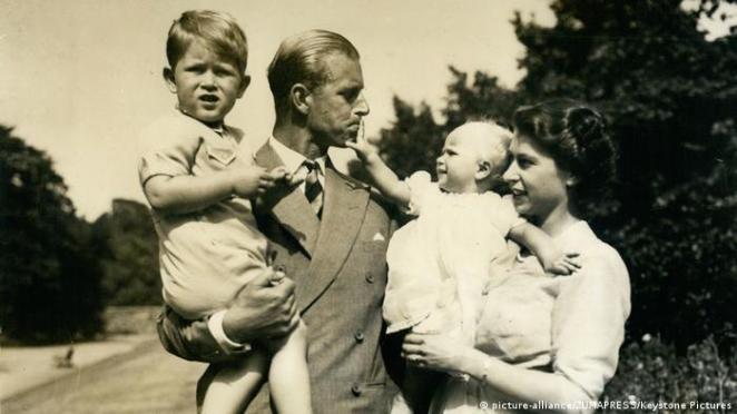 Elizabeth II. und Prinz Philip mit Charles und Anne 1953 (picture-alliance/ZUMAPRESS/Keystone Pictures)