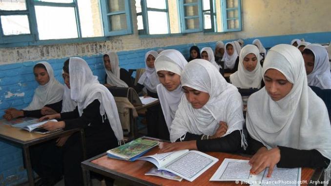 په افغانستان کي به ښوونځي او پوهنتونونه درې مياشتي نور هم تړلي وي | افغانستان | DW | 08.06.2020