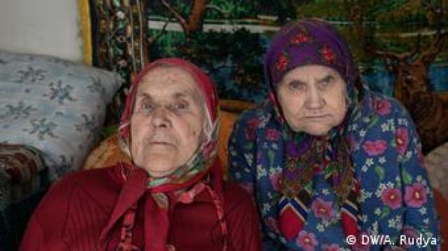 Duas idosas com roupas tradicionais ucranianas
