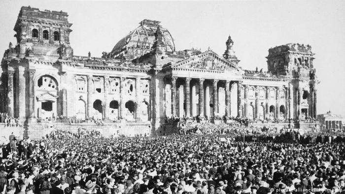 Crowds at the Reichstag in 1948 (picture-alliance/akg-images)