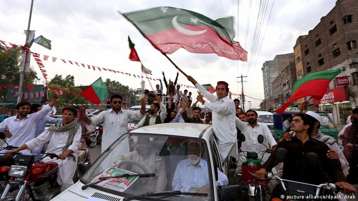 Supporters of Imran Khan celebrate the PTI's regional victory in Khyber Pakhtunkhwa (picture-alliance/dpa/A. Arab)