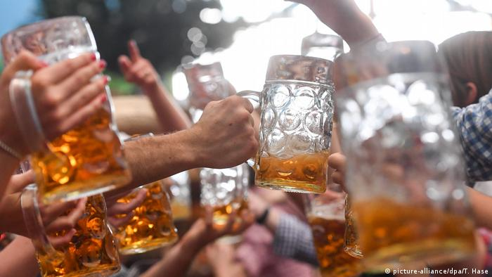 a mass of raised beer mugs (picture-alliance/dpa/T. Hase)