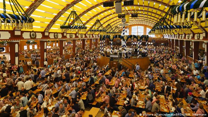 beer tent packed with people (picture-alliance/imageBROKER/M. Siepmann)