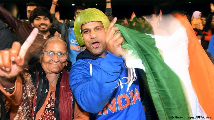 Una mujer y un hombre con una bandera india