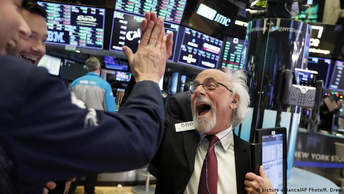 Traders Peter Tuchman, right, slaps a high five before the closing bell on the floor of the New York Stock Exchange (picture-alliance/AP Photo/R. Drew)