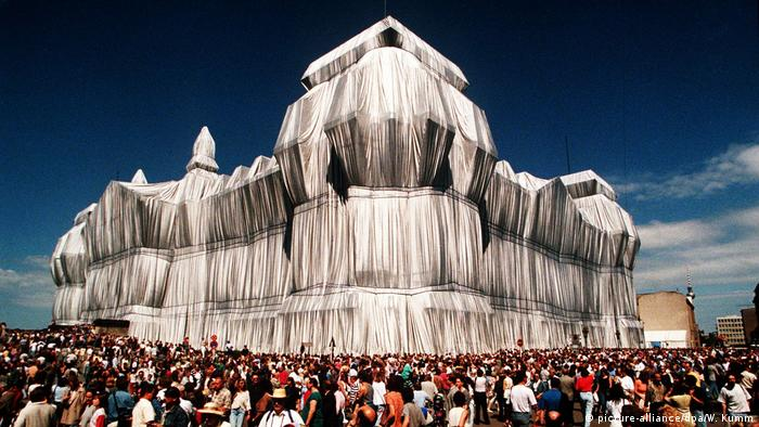 Wrapped Reichstag (picture-alliance/dpa/W. Kumm)