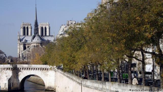 Bridge and Seine river tree-lined promenade with Notre-Dame Cathedral in background (picture-alliance/S. Gabriel)