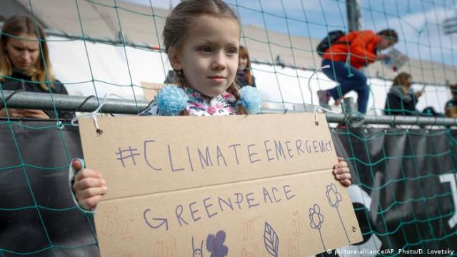 Russia Greenpeace climate protest (picture-alliance/AP, Photo/D. Lovetsky)