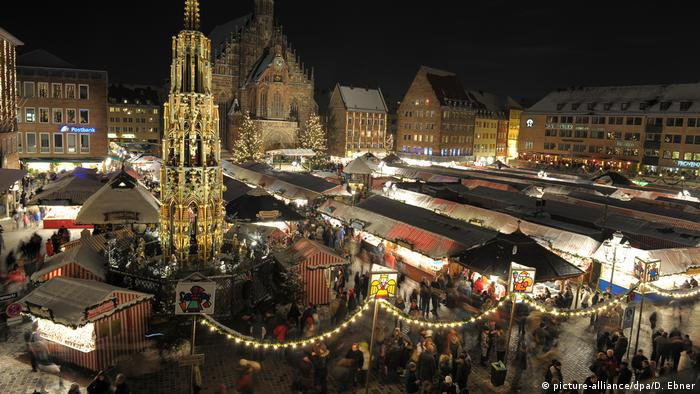 Germany, aerial view of the Christmas Market in Nuremberg at night (picture-alliance/dpa/D. Ebner)