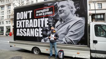 Μια από τις διαμαρτυρίες για την απελευθέρωση του Ασάνζ