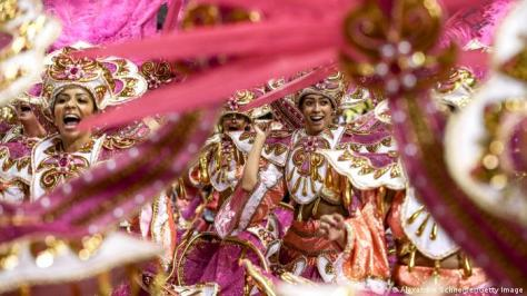 Brazil - Rio de Janeiro Carneval - people in purple costumes in the parades (Getty Images/A. Schneider)