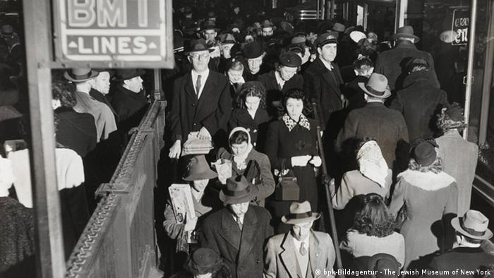 Commuters in New York in 1944 (bpk-Bildagentur - The Jewish Museum of New York)