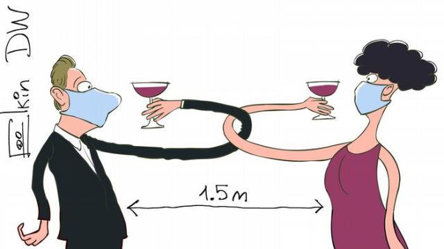 Мужчина и женщина в масках пьют на брудершафт, соблюдая дистанцию 1,5 метра