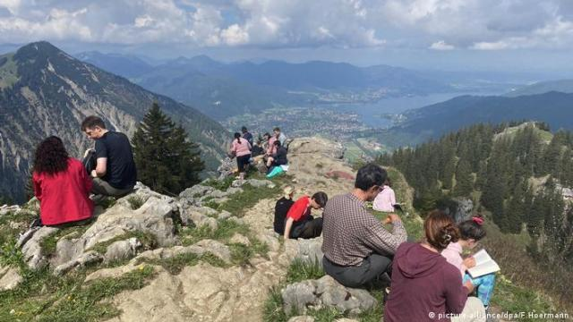 Tourists hiking in the Bavarian Alps, Rottach Egern (picture-alliance/dpa/F.Hoermann)