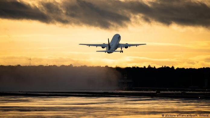 Germany, a plane taking off from Frankfurt airport (picture-alliance/dpa/A. Arnold)