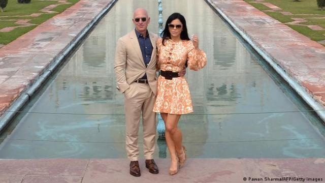 Jeff Bezos and Lauren Sanchez in front of the Taj Mahal