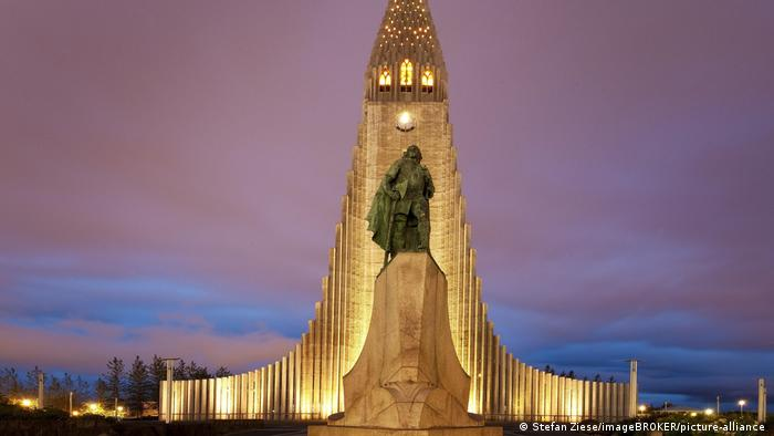 Hallgrimskirkja in Reykjavik with a statue of Leif Eriksson (Stefan Ziese/imageBROKER/picture-alliance )