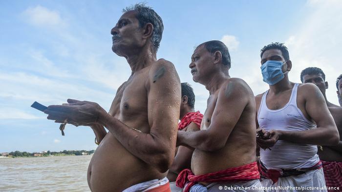 Hombres que rezan en la India