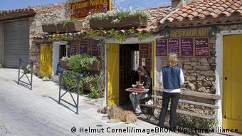 Καφέ, αλλά και τοπικά προϊόντα προσφέρουν πολλοί μαγαζάτορες στη γαλλική επαρχία