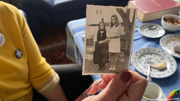 Ohnweiler holds a photo of herself and her grandmother (Lea Hensen/DW)