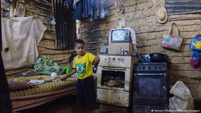 Un niño juega en su casa de bahareque, un tipo de vivienda hecha de madera y barro cuya construcción se remonta a la época precolombina. Debido a la creciente pobreza extrema en las zonas rurales, estas estructuras se están volviendo más comunes nuevamente. Bajo estos techos no hay agua corriente ni electricidad.