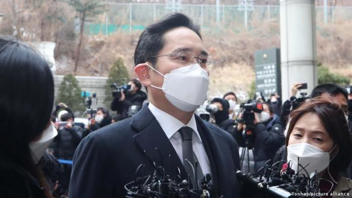 Samsung Electronics Co. Vice Chairman Lee Jae-yong is mum after arriving at the Seoul High Court on Jan. 18, 2020, to attend a sentencing hearing over his bribery scandal.