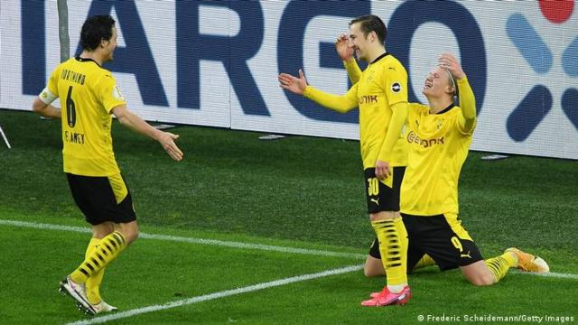 Borussia Dortmund's players celebrate Erling Haaland's winner against Paderborn
