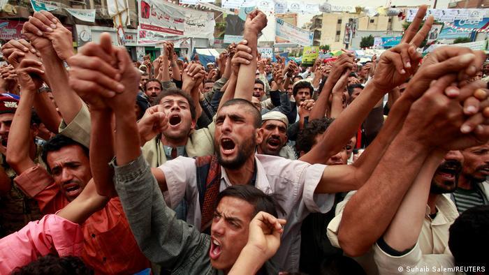 ده سال پیش، در اوایل فوریه ۲۰۱۱، تظاهرات گسترده مردم یمن علیه رژیم سرکوبگر علی عبدالله صالح رییس جمهوری پیشین این کشور آغاز شد. یکسال پس از آن عبدالله صالح استعفا داد. اما این استعفا آرامشی در پی نداشت. تنش و درگیری میان حوثیها و طرفداران صالح در همان سال به خشونت و ناآرامیهای بیشترانجامید.