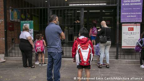Argentina empieza a reabrir los colegios