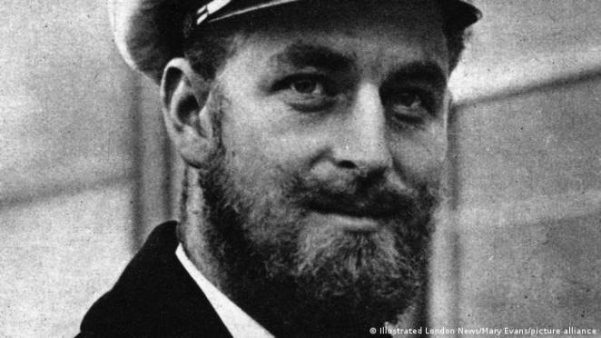 Prens Philip, eşi Kraliçe II. Elizabeth ile evlenmeden önce İkinci Dünya Savaşı'nda, Kraliyet Donanması'na ait bir savaş gemisine teğmen rütbesi ile komuta etmişti