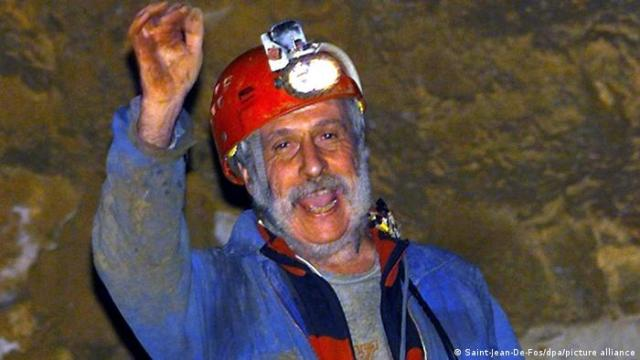 O explorador francês de cavernas Michel Siffre (61) acena para a câmera ao reaparecer, em 14 de fevereiro de 2000, após 76 dias na gruta Clamouse na região de Languedoc, no sul da França.