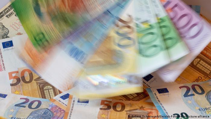 Symbolbild Geld Steuer Steueroase