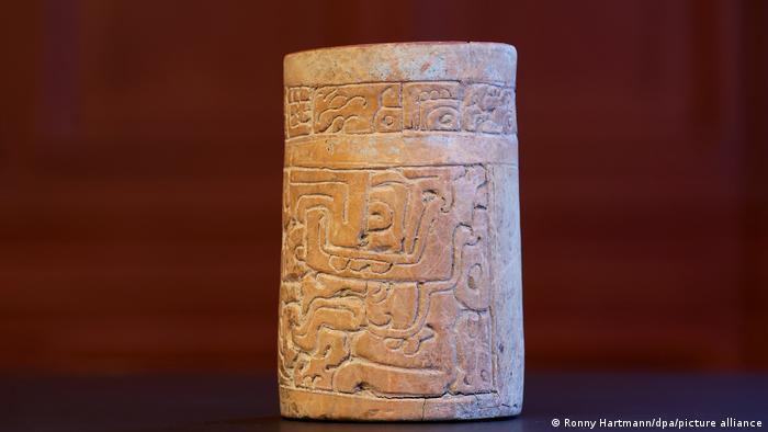 Presentación de piezas esculturales de la cultura maya en la cancillería del estado de Magdeburgo, Alemania.