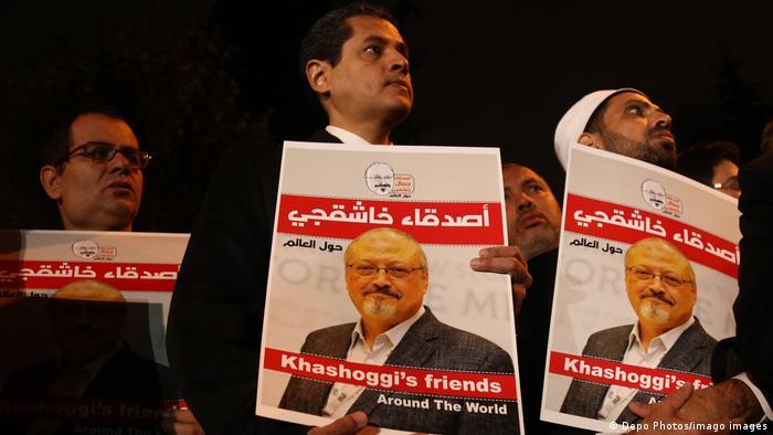 Foto de personas con carteles de Jamal Khashoggi