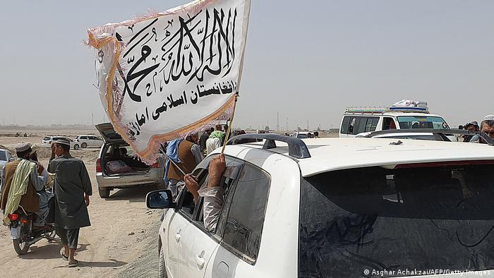 Pakistan Grenzstadt Chaman Menschen mit Taliban-Flagge