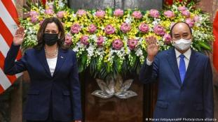 US VP Kamala Harris makes historic visit to Vietnam   News   DW   25.08.2021