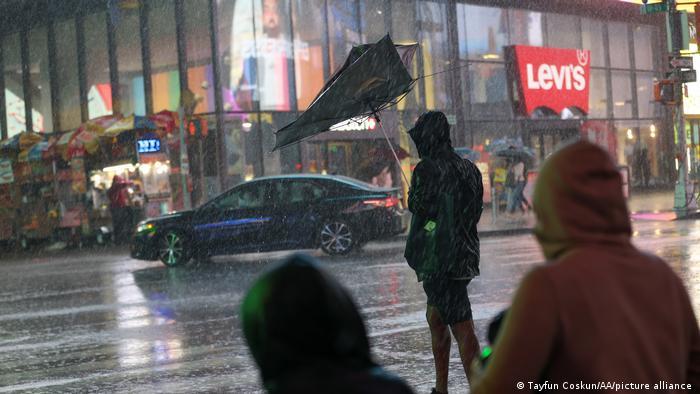 Una persona con un paraguas destruido por la tormenta en el Time Square de Nueva York.