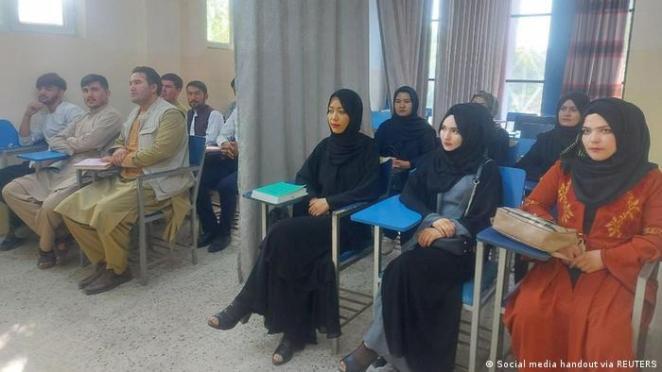 Taliban iktidarında kadın ve erkek üniversite öğrencileri ayırıldı.
