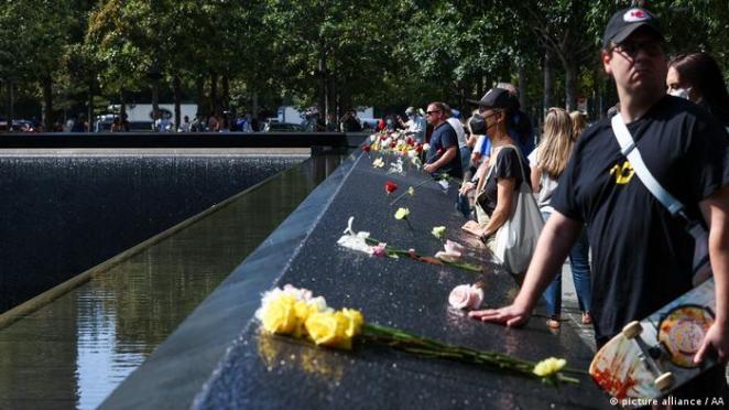Saldırılarda yaşamını yitirenlerin yakınları New York'ta 11 Eylül anıtı önünde düzenlenen törene katıldı
