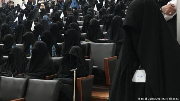 Manifestación ayer de mujeres en favor de los talibanes, todas cubiertas con burka.