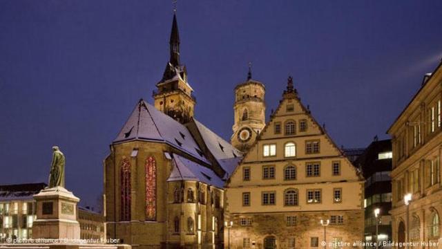 A church in Stuttgart illuminated at night (photo: picture alliance / Bildagentur Huber)
