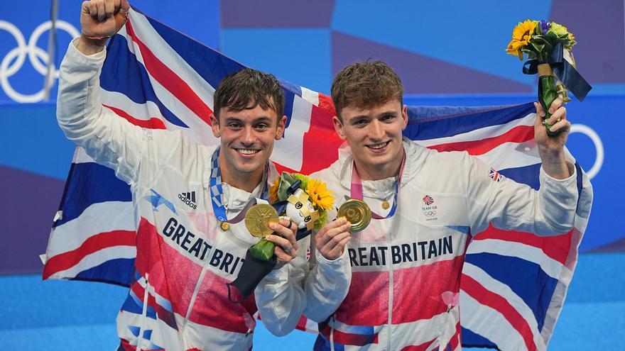 Tom Daley gana la medalla de oro de salto en trampolín 10 metros sincronizado.