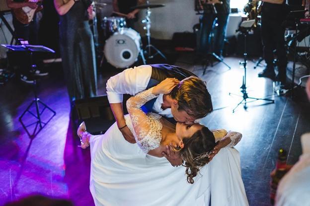 Romántico beso en el enlace de Lucía y Bjorn.