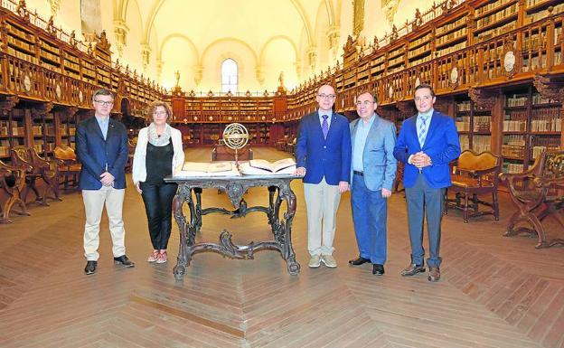 Representantes de la Usal y la Autónoma de México, junto con el original y el facsímil.