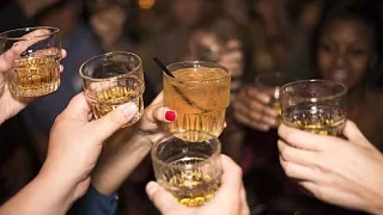 شرب الكحول يساعد على التحدث بلغات أجنبية