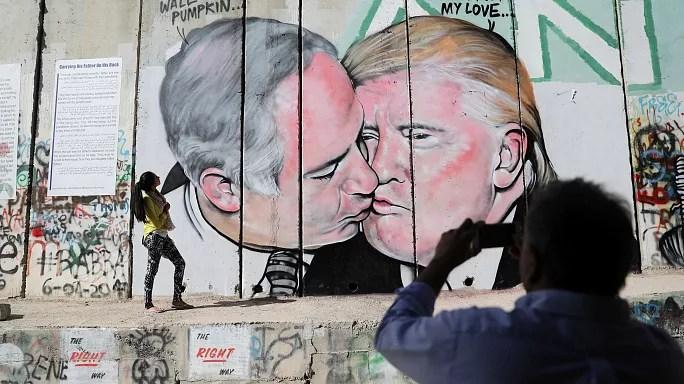 قبلة بين ترامب ونتنياهو على الجدار العازل بالضفة الغربية