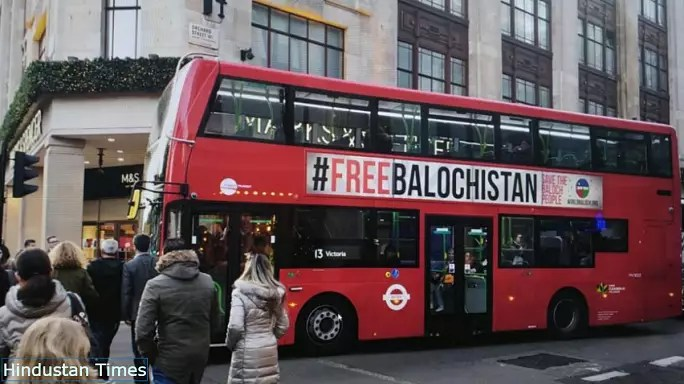 شعار «بلوچستان آزاد» روی اتوبوسهای لندن
